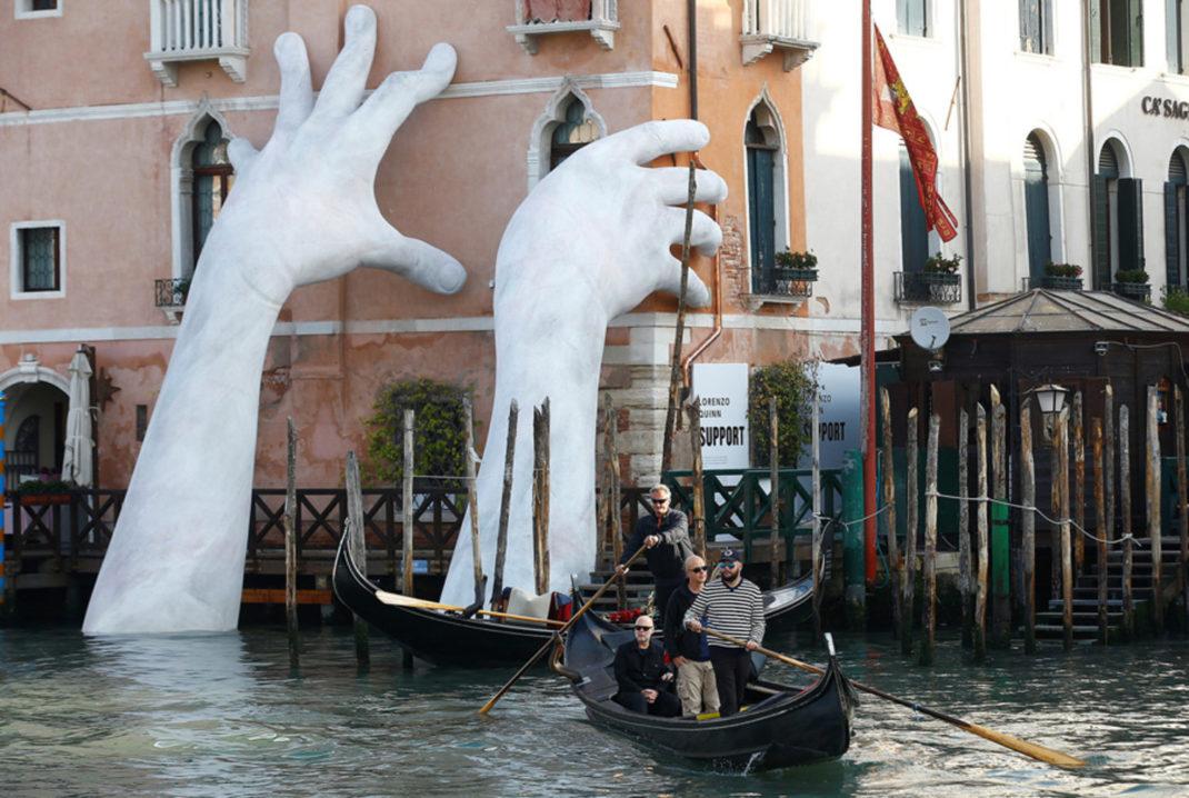 Escultura de Lorenzo Quinn en Venecia para denunciar el cambio climático